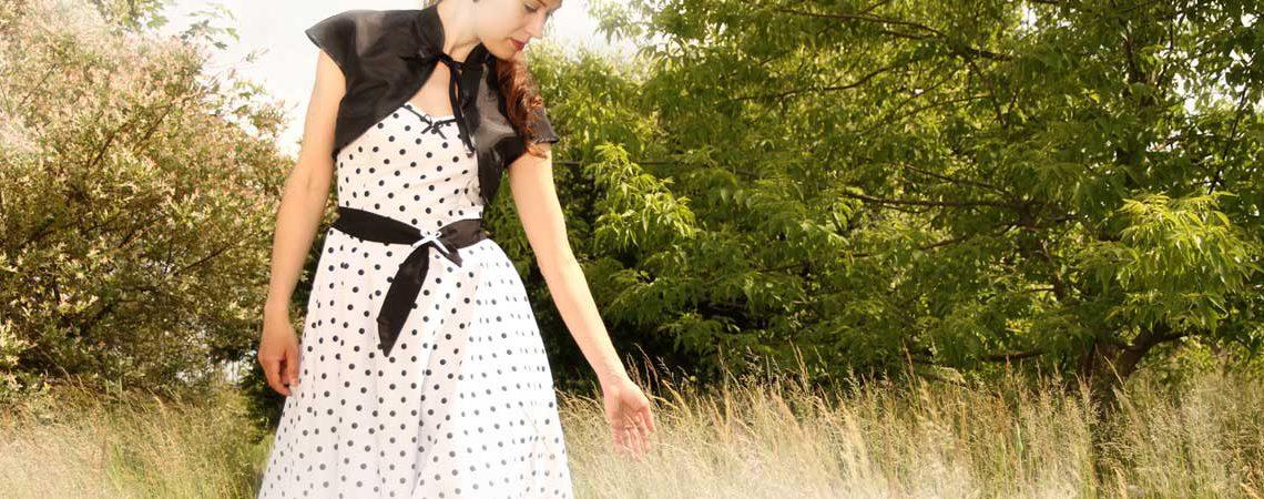 50er Jahre Outfit: Kleid weiu00df Punkte